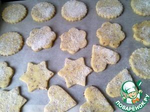 Сложите заготовки печенья на противень застеленный бумагой для выпечки. Выпекается такое печенье в предварительно разогретой духовке до 180 градусов, около 15-20 минут.
