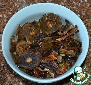Сушеные польские грибы замочить в 250 мл. холодной воды, оставить на 5-10 часов.   Время приготовления супа указано без учета замачивания грибов.   Замороженные белые грибы разморозить.