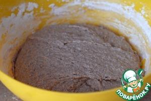 Постепенно добавляя пшеничную муку, замесите мягкое, влажное тесто.