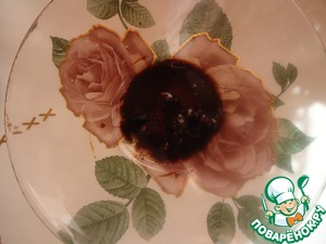 Then squeeze the garlic through chesnokodavilku, the dressing is ready.