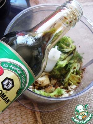 Добавить зелень, запеченный чеснок и влить две ложки легкого соевого соуса ТМ «Киккоман». Пробить до однородности.