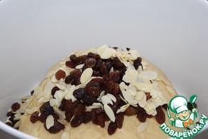Ввести в тесто миндаль и изюм, скатать в шар.   Накрыть тесто и поставить в теплое место на 1 час,   разогреть духовку до 180.
