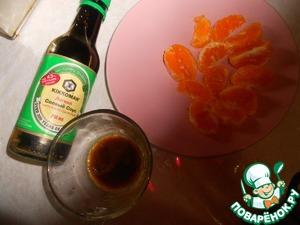 Приготовить заправку, для этого соединить мандариновый сок, оливковое масло, соевый соус, добавить молотый перец.