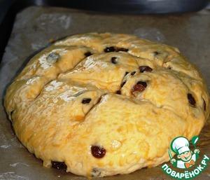 Взболтать желток с молоком и смазать верхушку, хлеб поставить в духовку и    выпекать 30 минут.