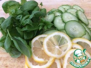 Нарезать тонкими кружками огурец и лимон. От базилика оторвать листики.