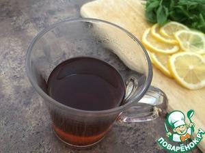 Сделать сироп. В чашку насыпать коричневый сахар и залить горячей водой. Хорошо размешать.