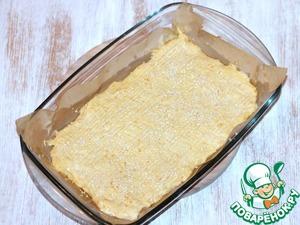 7. Застилаем противень (28*19) бумагой для выпечки и смазываем растительным маслом. Выкладываем и равномерно распределяем тесто. Посыпаем кунжутом. Чтобы красивее разровнять верх пирога, лучше взять мокрую силиконовую лопатку.