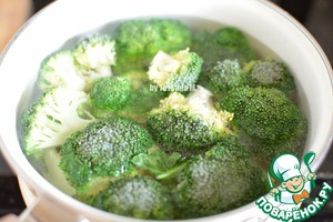Broccoli disassemble on inflorescences, stalk chop and boil for 5 minutes while boiling;  Drain the water;