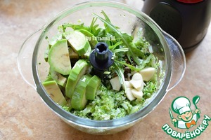 Add chopped garlic, rucola, avocado, peppers, grind again;