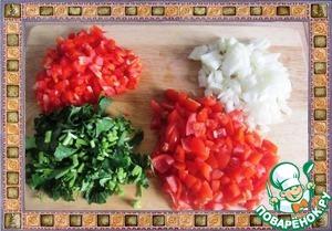 Лук, болгарский перец и помидоры нарезаем мелкими кубиками, петрушку измельчаем