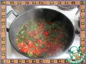 Болгарский перец, петрушку и помидоры добавляем к луку, вливаем соевый соус, уксус и добавляем сахар, перемешиваем