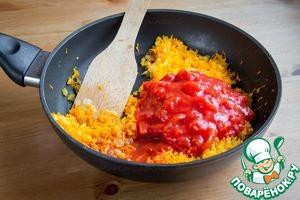 Добавить томаты в собственном соку, немного водички и томить на небольшом огне с закрытой крышкой 10 минут.