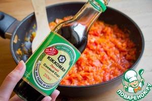 Добавить соевый соус и чечевицу. Томить ещё 15 минут до полной готовности чечевицы.