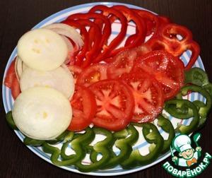 Нарезать помидоры, перец, лук кольцами.