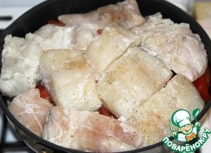 Поверх овощей уложить замаринованную рыбу и полить оставшимся маринадом.
