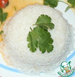 Приготовить рис: в толстостенную кастрюлю налить растительного масла, обжарить в нем несколько зубчиков чеснока (после обжарки - дольки убрать). Далее, в этом же масле, помешивая обжарить рис в течении 3-4 минут. Добавить воды, выдерживая пропорцию: на 1 часть риса - 2 части воды. Довести до готовности.
