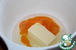 Остальной сахар, сливочное масло, щепотку ванилина, яйцо, желтки и соль взбить.