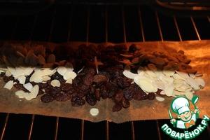 В теплую духовку поставить 3 ст л миндаля и изюм на 5 минут.