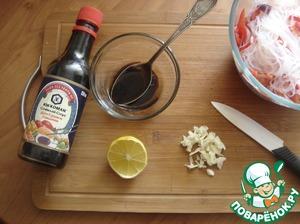 Делаем заправку. Чеснок мелко рубим. В посуде смешиваем масло+соевый соус+лимонный сок свежевыжатый из половинки лимона+жидкость из-под запаривания фунчозы 2 ст л.