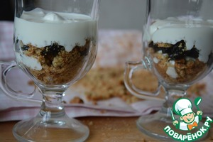 Put them in a container with layers of sour cream with sugar - biscuits - prunes. Repeat layers 2-3 times.
