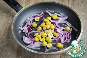 Добавить оливки, фаршированные лимон и разрезанные пополам.