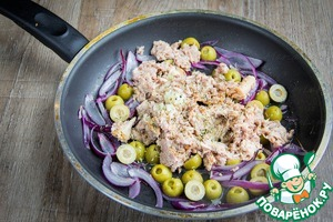 Добавить в сковороду тунца в собственном соку, вместе с этим соком. Добавить чеснок, выдавленный через пресс, лимонный сок, тимьян, орегано и смесь перцев.