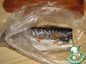 Tightly wrapped in plastic wrap and sent in the freezer for 24 hours.  In the original recipe indicated that the fish can be up to 3 months, but I kind of sacrifices do not go, we used it at a time.  For the use of thawed mackerel on the shelf in the refrigerator for about 3-4 hours.