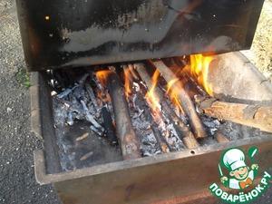 """Ставим коптильню на не большой огонь. На данном фото зафиксировано начало процесса, а в действительности нужен да же не """"огонь"""", а """"жар"""", причем меньше, чем, к примеру, для шашлыка..."""
