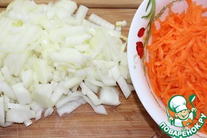 5. Carrots three on a grater. Onions finely chop.