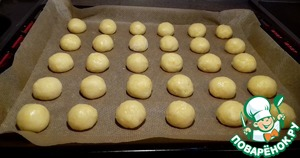 To form dough balls the size of walnuts and lay them on a baking tray lined with baking paper. Put in a preheated 190 deg. the oven and bake for 10 minutes, then another 5 minutes with the convection.