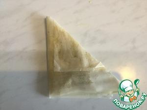 И краешек, который хорошо должен быть смазан маслом, чтобы не отлип, заворачиваем наверх. Получаются большие треугольные штрудели.