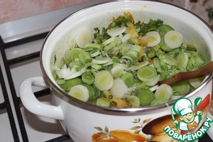 11. Then add the leeks cut into rings and cut the celery stalks. Stir. Try the taste. Sprinkle with salt if necessary.