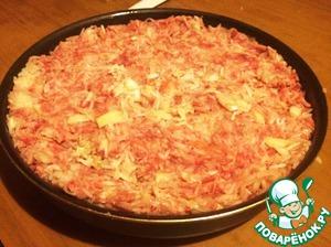 Смешать рис с мясным фаршем, капустой, луком и чесноком. Посолить. Поперчить.   Форму смазать маслом и выложить в неё массу ровным слоем. Поставить в разогретую духовку.