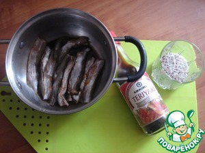 У мойвы отрезаем голову и хвосты, потрошим, моем и выкладываем в посуду. Заливаем соевым соусом помариноваться на 30 минут.    Ставим воду на огонь 1,3 л.