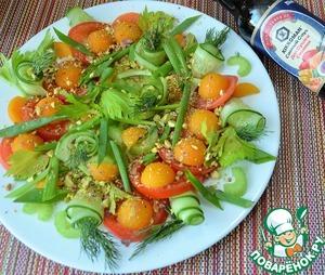 Нарезать зеленый лук перьями, выложить на овощи лук и укроп.   Фисташки истолочь и припорошить салат.