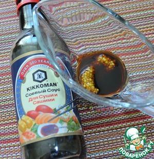 Соевый соус ( я использую соевый соус для суши и сашими от ТМ Киккоман), горчицу и ароматное салатное масло тщательно взбить вилкой до однородной эмульсии.