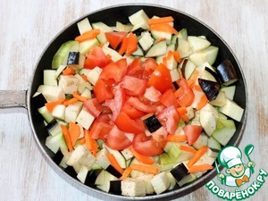 2. Prepare the vegetables. Eggplant, zucchini, carrots and tomatoes, peel, wash and cut into slices. Heat 2 tbsp oil in a large thick-walled pan and put the vegetables.