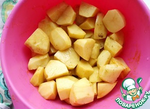 Add salt, pepper, turmeric, drizzle with 1 tbsp oil, mix well so the potatoes were covered with spices.