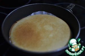 Тесто выложить в форму и выпекать при 180С 25-30 минут до готовности. Я выпекаю обычно каждый корж отдельно, поэтому времени потребуется поменьше.
