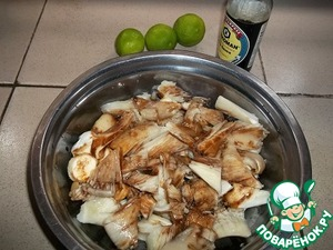 Sliced mushrooms, pour soy sauce and lemon juice (I have lime). To remove the chill while preparing the other vegetables. A small head of cauliflower in a pot with boiling water for 10 minutes, then disassemble on inflorescences.