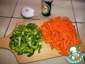 Clean green Bulgarian pepper, carrot, onion and garlic. Carrots cut into thin wedges, green pepper strips medium onion - quartered rings, garlic finely chopped.