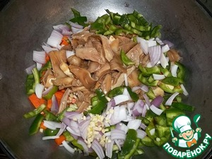 Add the mushrooms together with the marinade, green pepper, onion and garlic. Cook, stirring, for another 5 minutes.