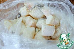 В пакет выложить кусочки рыбы, насыпать 1 ст. л. муки.    Потрясти пакет, панируя рыбу.   Это поможет кляру лучше держаться.
