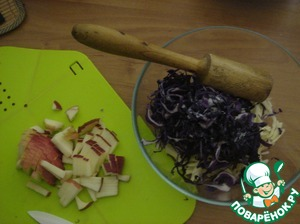 Both shinkuem cabbage thinly, sprinkle with salt and malkai beat her, so she gave juice. Apple cut into strips. Sent in a salad bowl.
