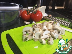 Now cut the mushrooms. Not big slices, but not small.  Heat the pan with a little oil and fry.