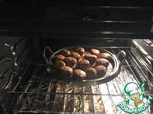 Ставим в предварительно нагретую до 175 С (350F) духовку на 20 минут.