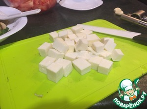 Cut the cheese into squares the average romera and fry until Golden crust.