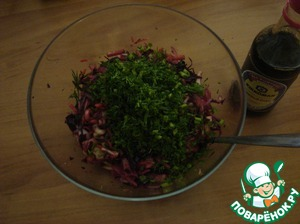 Dill chop, send in a salad bowl. Make the dressing: in a bowl mix soy sauce, balsamic (vinegar), sunflower oil, sugar.