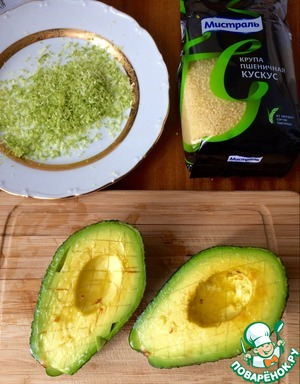 Rubbed on a fine grater, zest the lime, squeeze the juice. The flesh of the avocado cut into small cubes, mint, finely chopped (1-2 tbsp), mix with the zest and citrus juice,