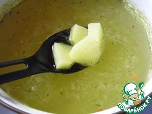 Картофель нарезать небольшими кубиками, залить его чуть подсоленным бульоном, довести до кипения, варить 15 минут.